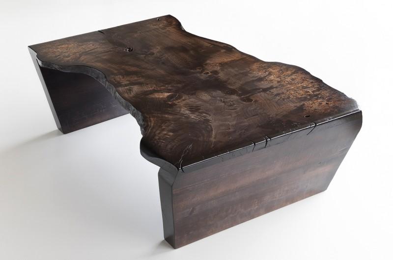 Solide table basse en bois fabriqués à partir de rares seule planche birdseye peuplier teinté de couleur anthracite.